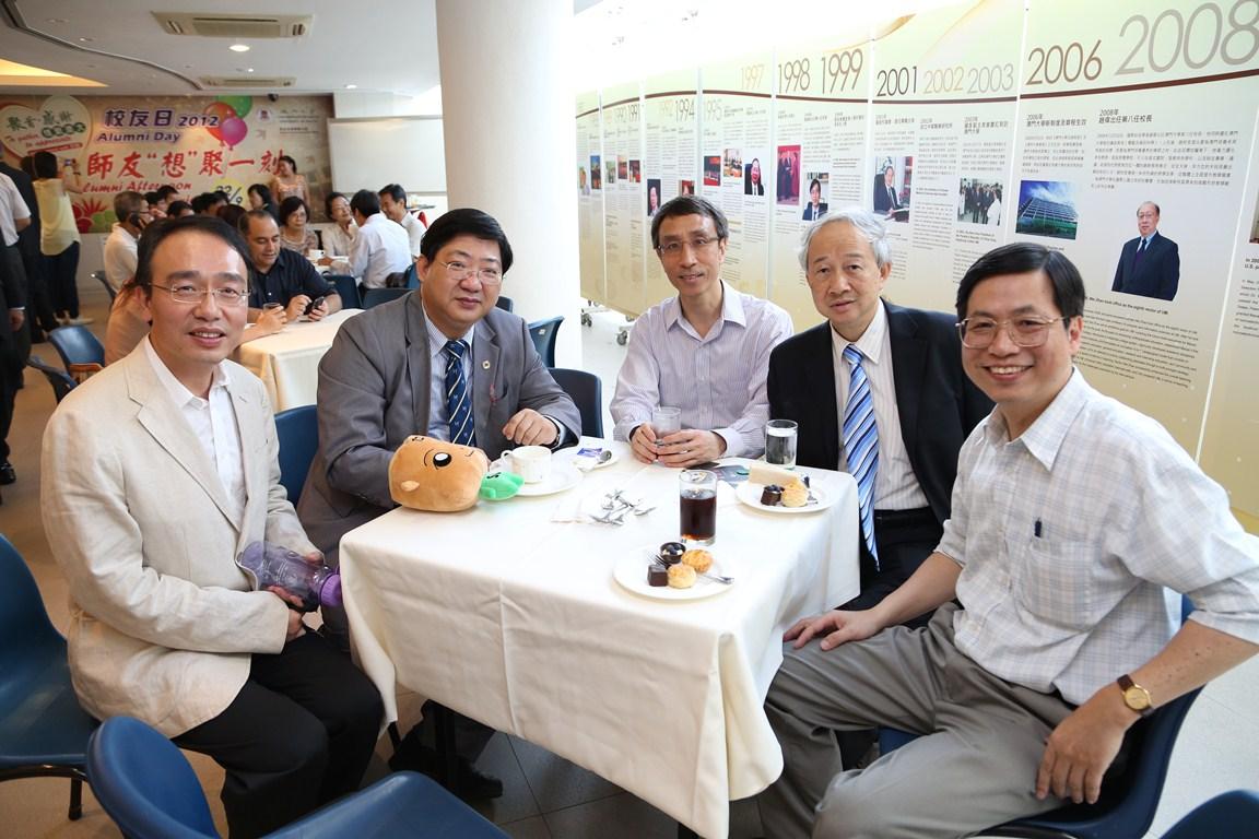 何順文副校長(左二)與校友暢聚