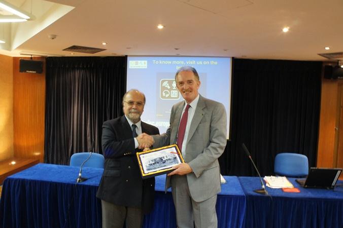 UM Vice Rector Prof. Rui Martins presents a souvenir to Dr. Marco Benedetti