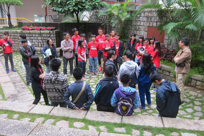 Guides explain campus facilities to participants of the campus tour