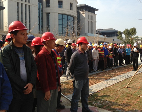 The visit and best wishes from UM top management make the construction workers feel very warm