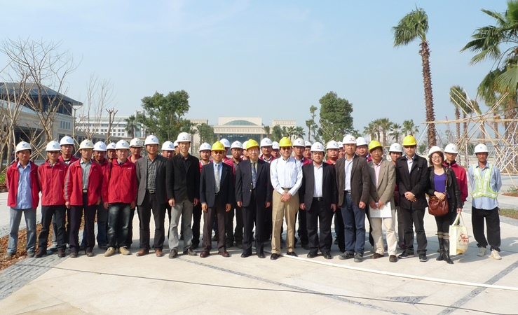 UM top management visit new campus construction workers on the day before the Lantern Festival