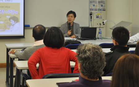 """South Korean scholar Younghan Cho gives a lecture on East Asian pop culture as reflected in the """"South Korea fad"""""""