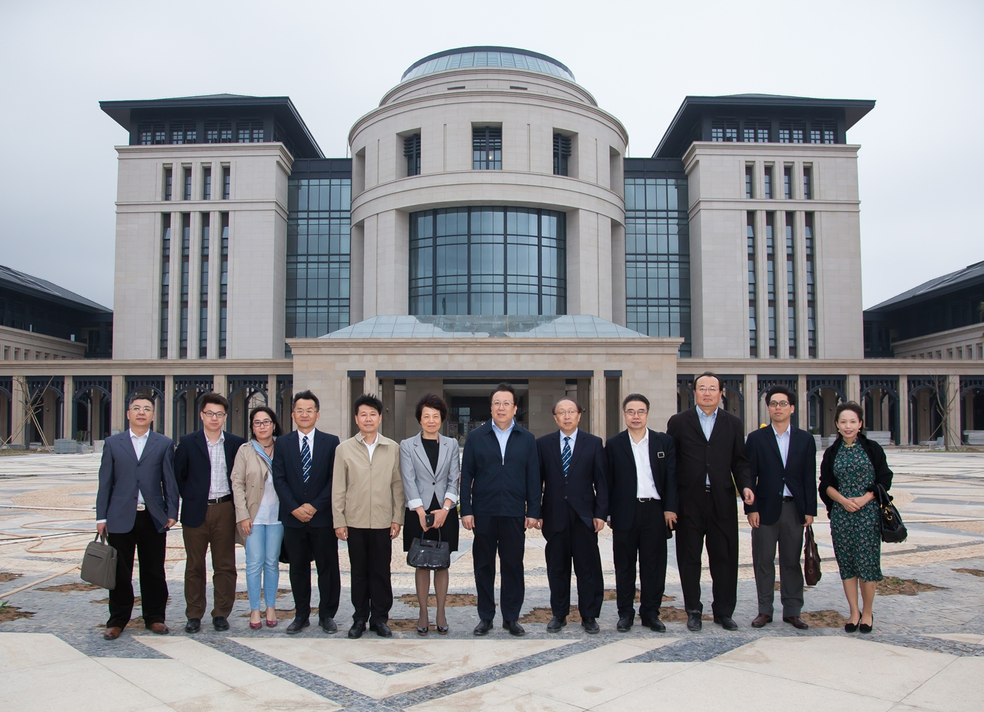 Vice Minister of Education Hao Ping and his colleagues visit the library on the new campus