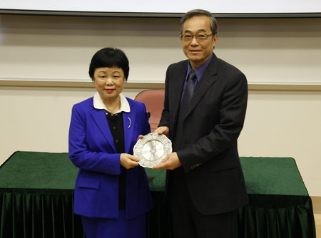 UM's Vice Rector (Student Affairs) Prof. Haydn Chen presents a souvenir to Prof. Chung Ling