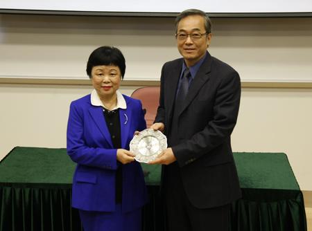程東海(學生事務)副校長向鍾玲教授贈送紀念品