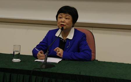 Prof. Chung Ling answers students' questions
