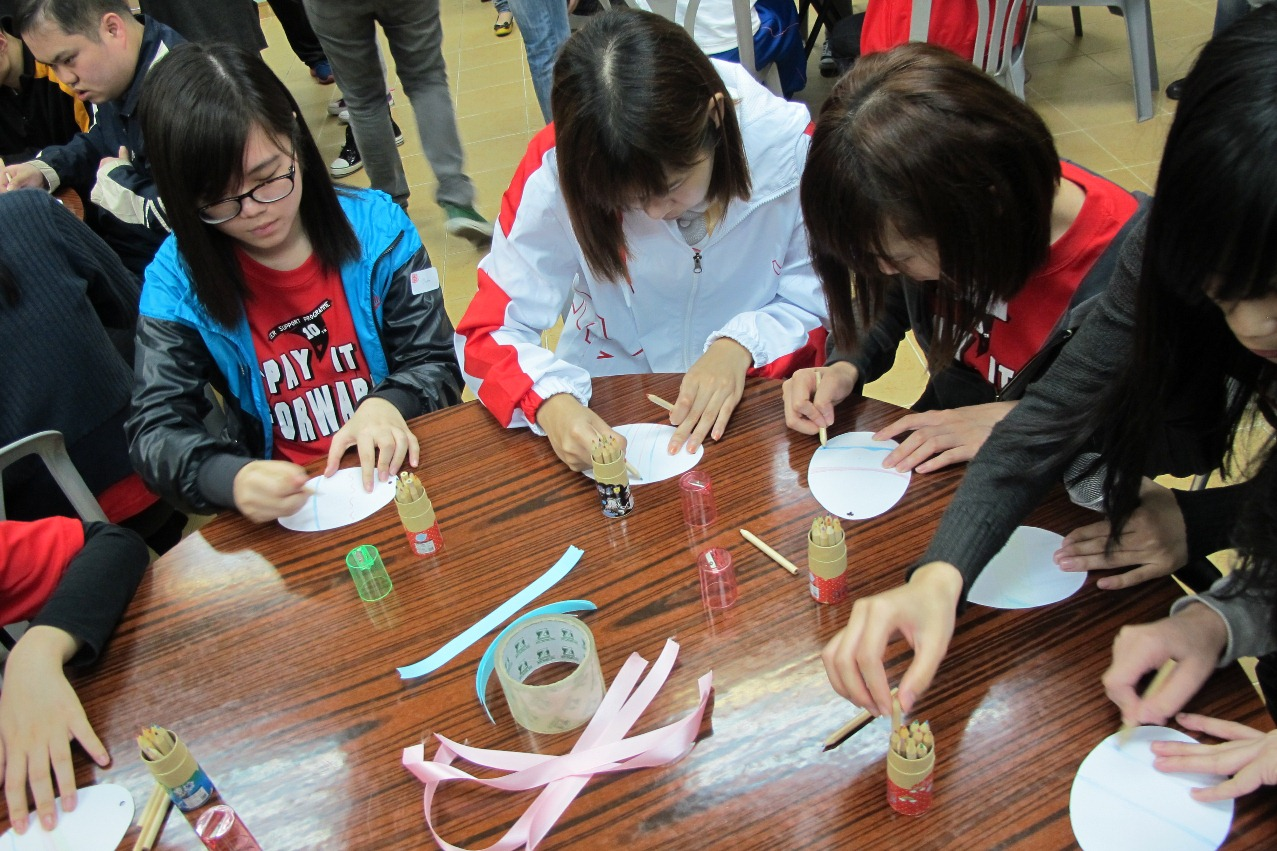 PSP participants make handicrafts with people with developmental disabilities at Fu Hong Society