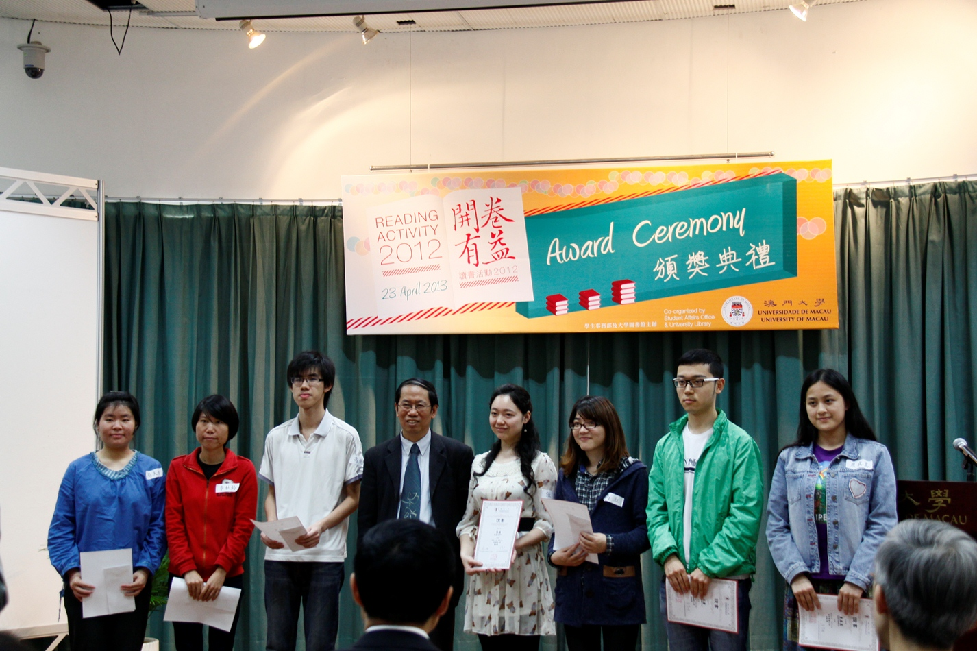 Group photo of Prof. Chen Pingyuan (4th from left) and winning students