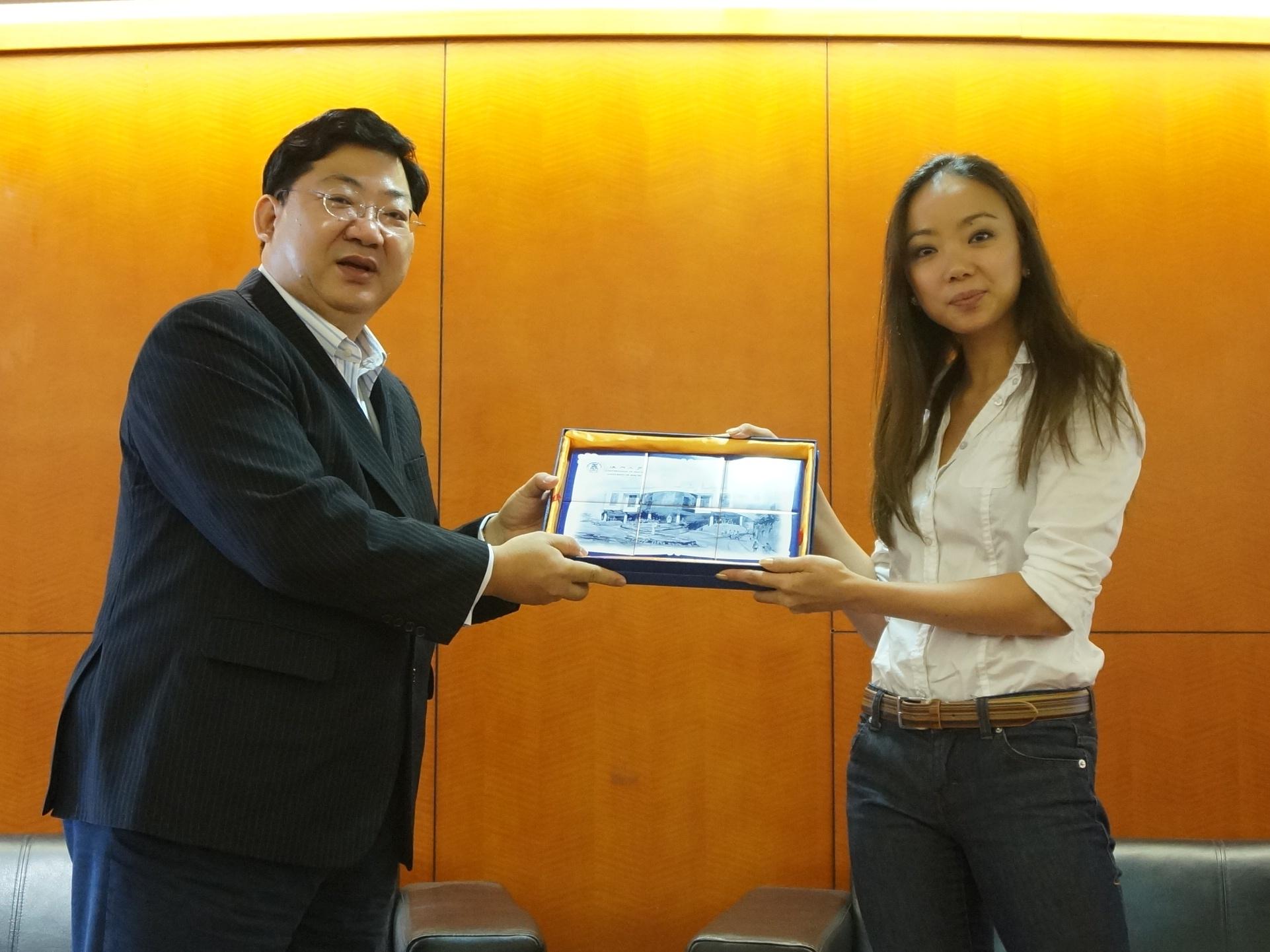 Vice Rector Simon Ho presents a souvenir to Faye Leung