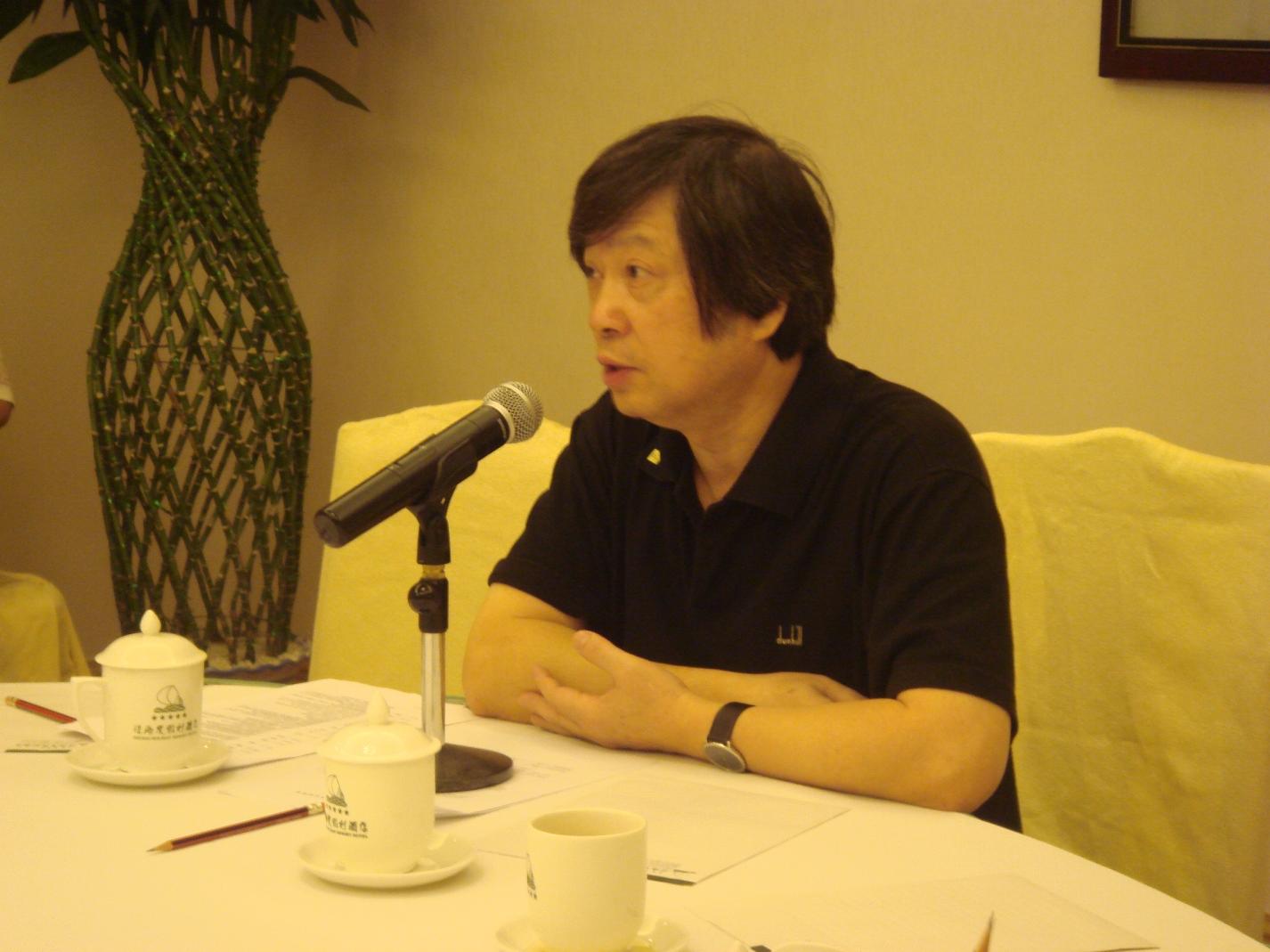 UM professor Tang Kaijian speaks at a history forum at Zhejiang University