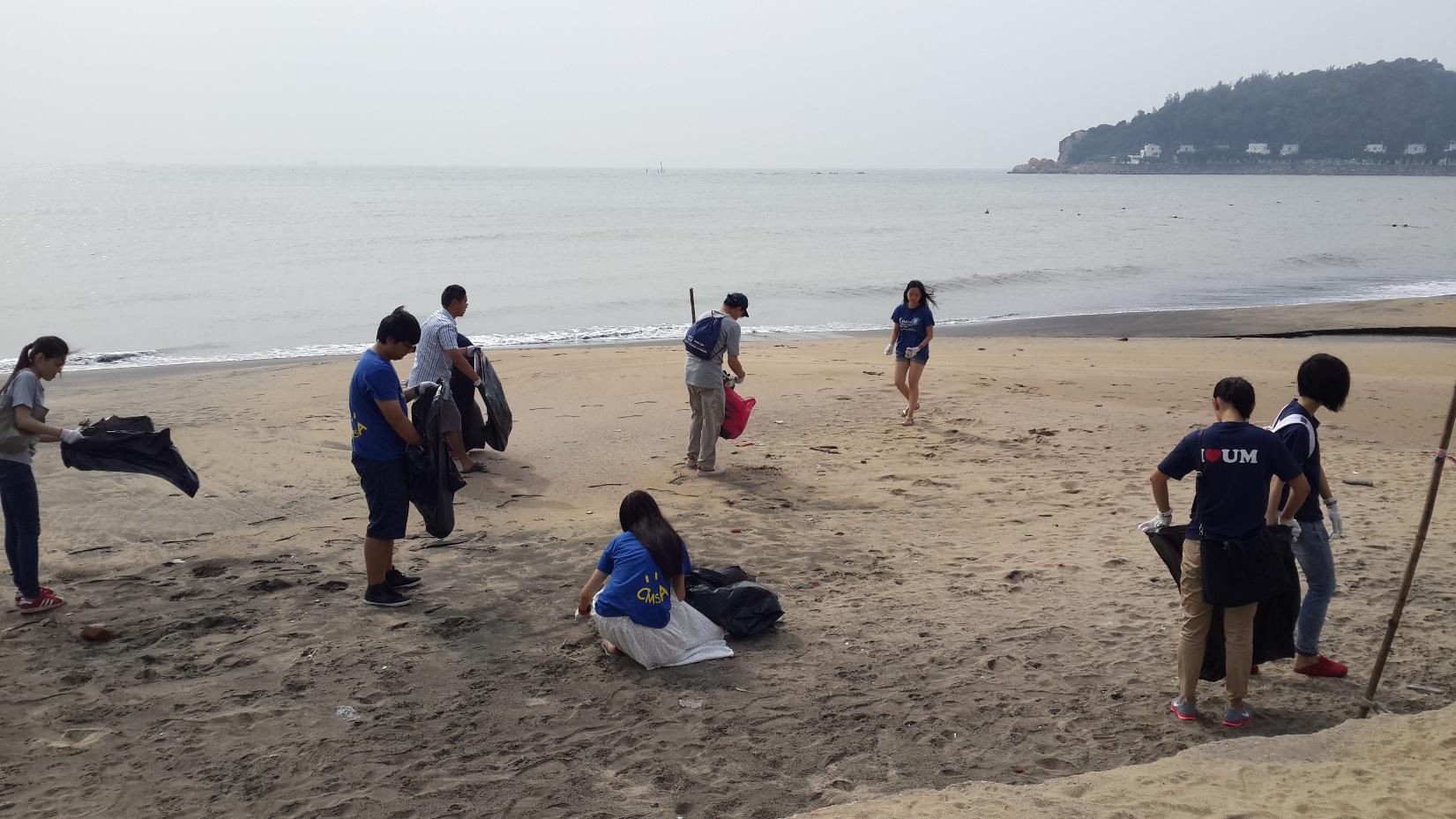澳大師生在黑沙海灘清理出十多袋被垃圾