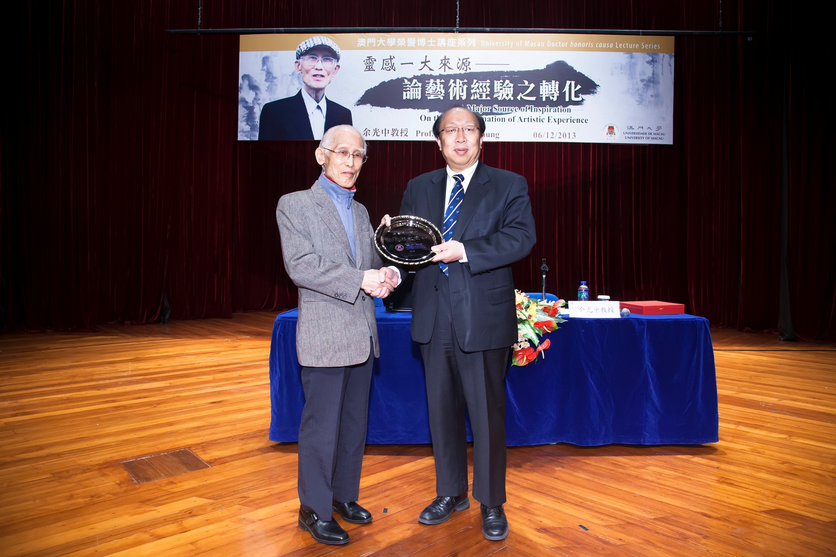 UM's Rector Prof. Wei Zhao(Right) presents a souvenir to Prof. Yu