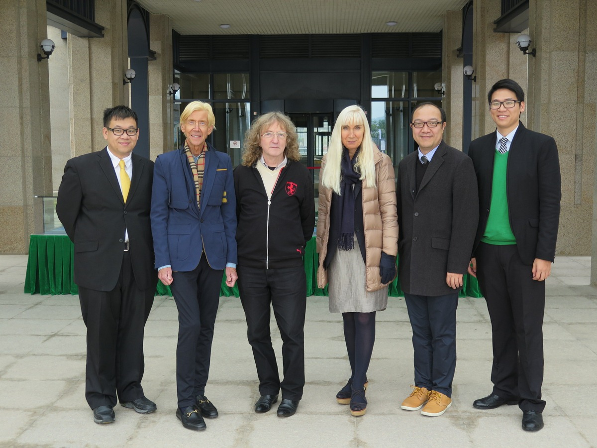 Group photo of Prof. John A. Williams (3rd from left), and Moon Chun Memorial College Master Prof. Kit Thompson (2nd from left) and Dr. Thompson (4th from left)