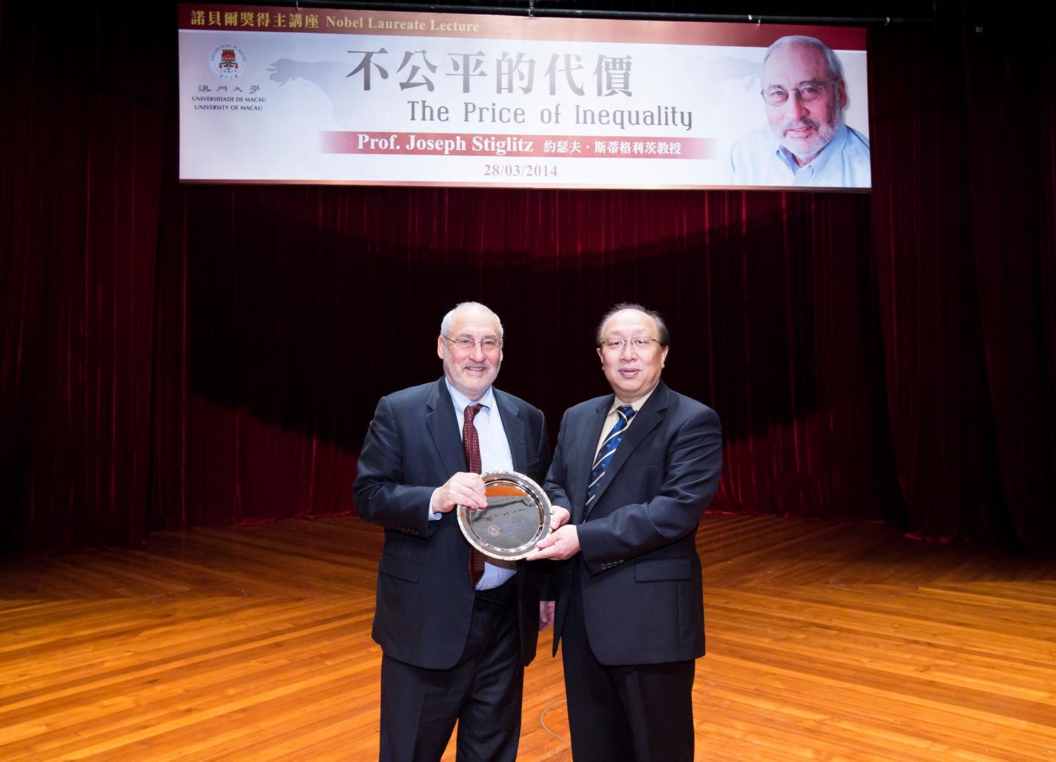 UM Rector Wei Zhao (right) presents a souvenir to Prof. Stiglitz