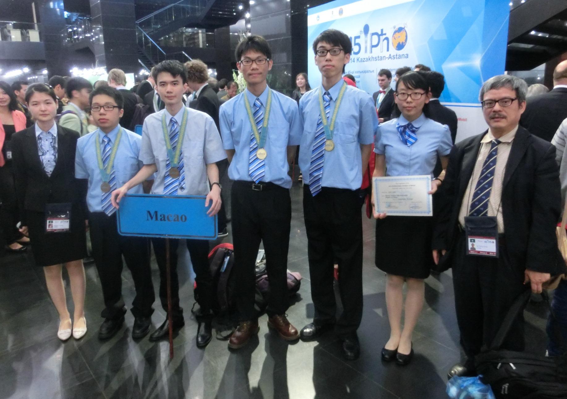 陳溢寧博士(右)帶領澳門中學生赴哈薩克斯坦參加比賽