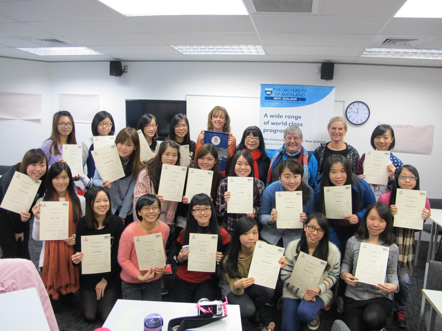 澳大學生在奧克蘭大學接受密集式英語課程獲證書