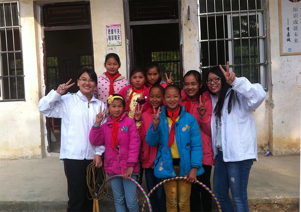 學生服務領袖李倩儀及田天與當地學生合照