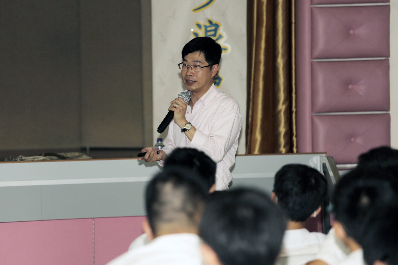 潘全威教授向學生介紹生物技術