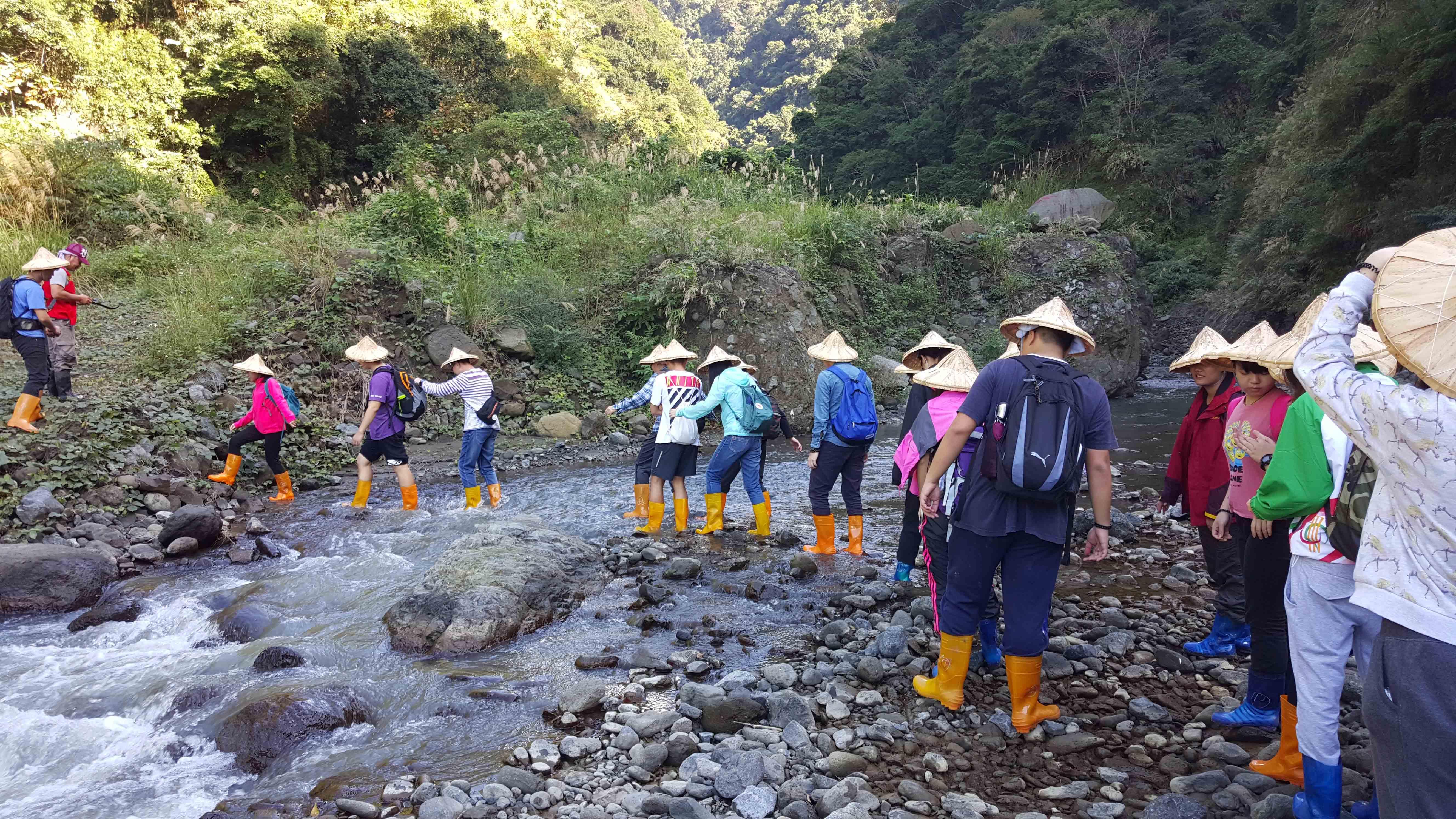 學生們漫步途中需要橫過河流