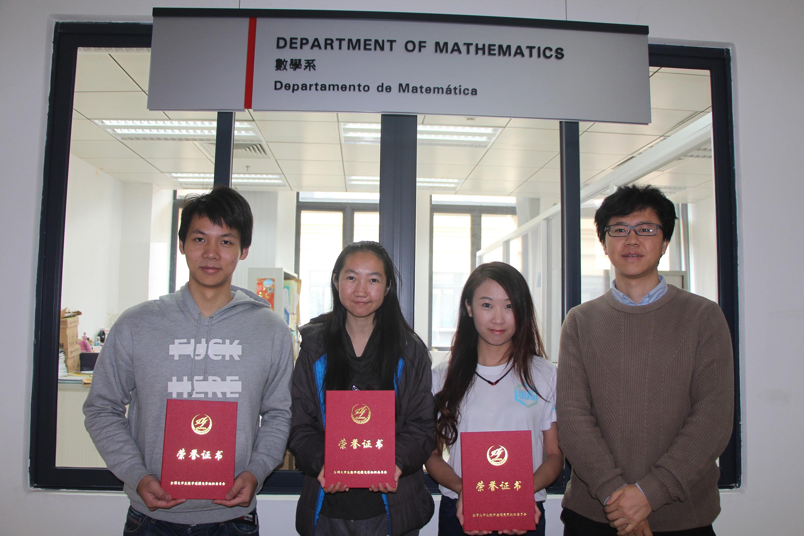 澳大獲獎學生與劉志(右一)
