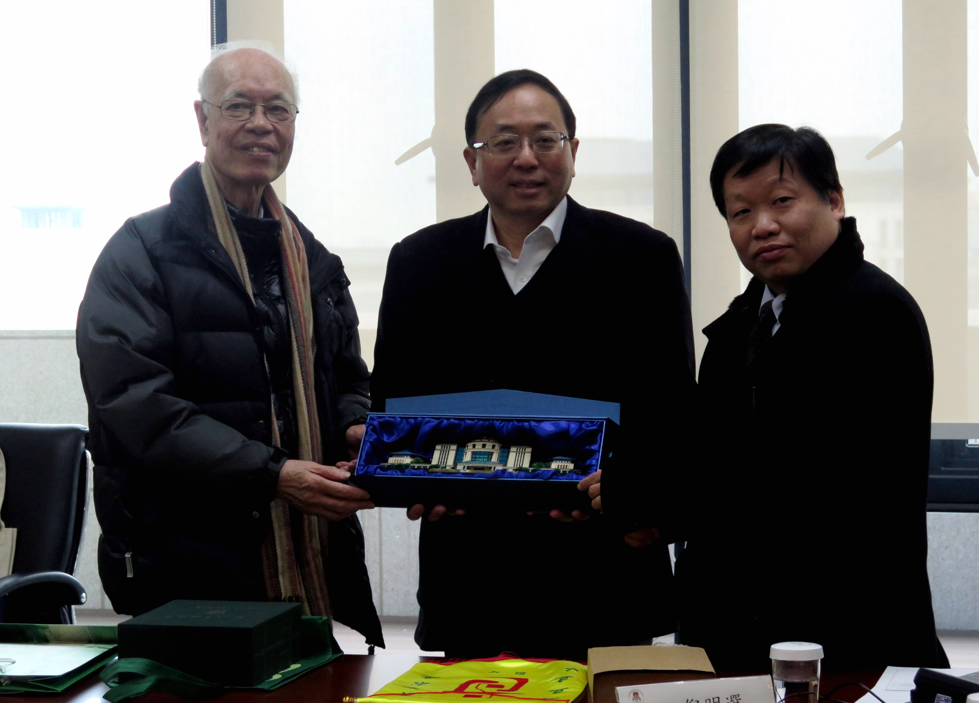 Vice Rector (Academic Affairs) Lionel Li presents a souvenir to the guests