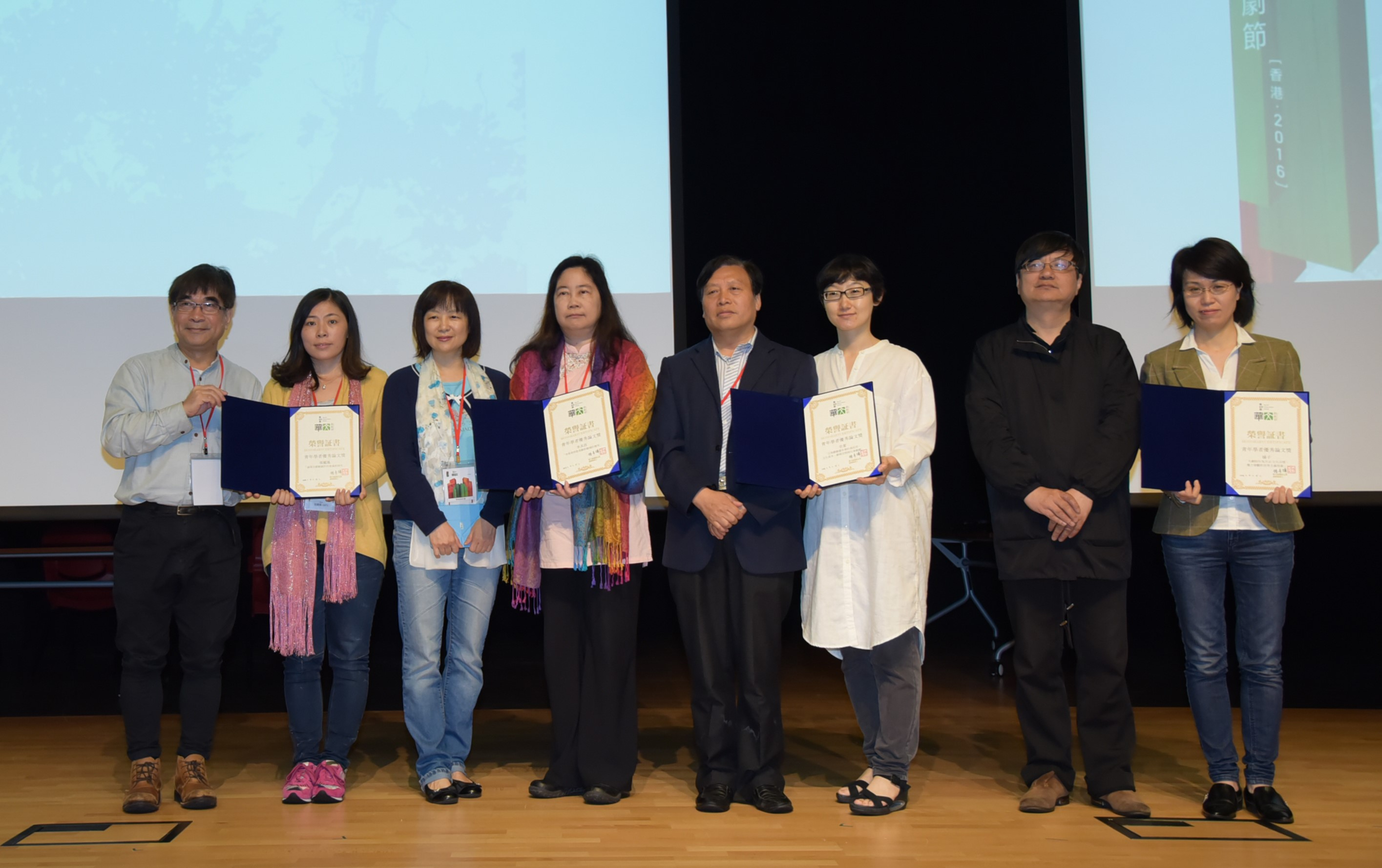 UM PhD student Zhang Lifeng (2nd from left) and Department of Chinese Language and Literature Head Zhu Shoutong (5th from left) at the Tenth Chinese Drama Festival