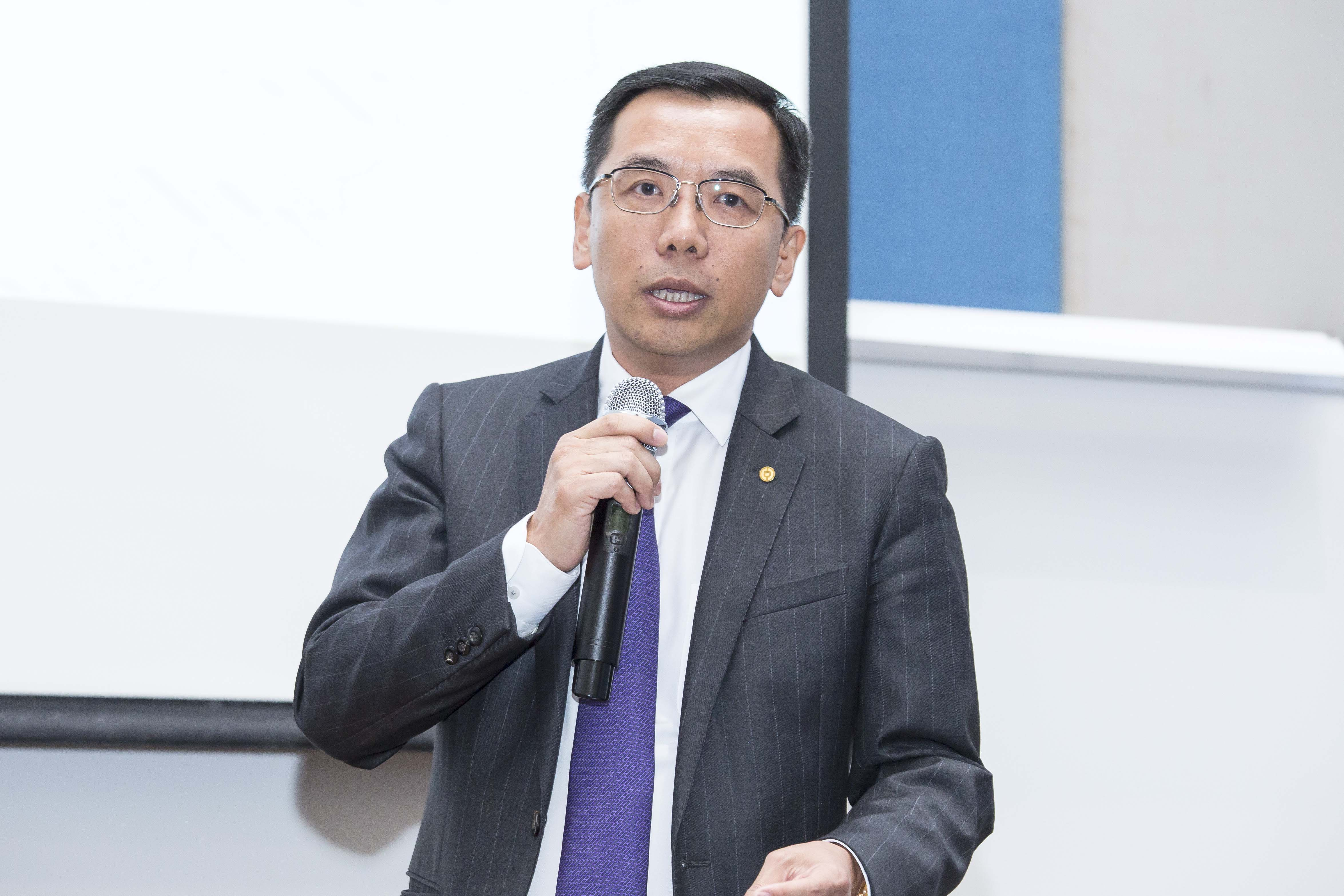 The vice president of Bank of China Macau delivers a speech