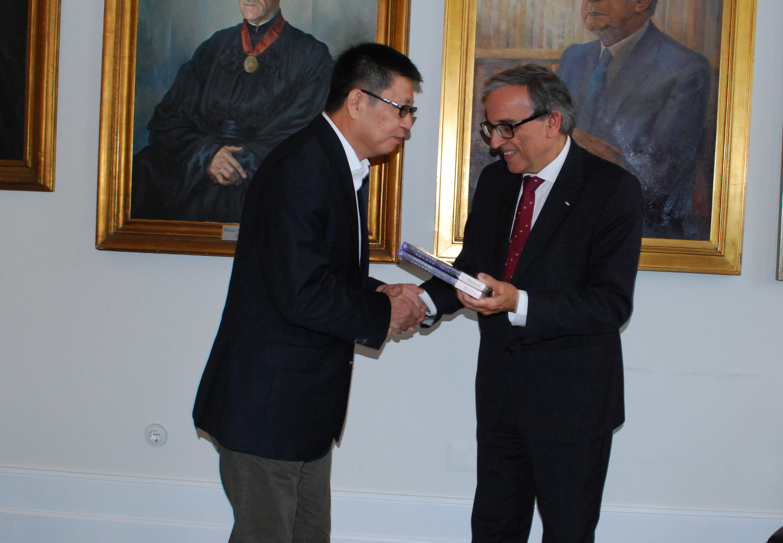 Prof Yao Jingming presents two copies of his book to Prof Sebastião Feyo de Azevedo