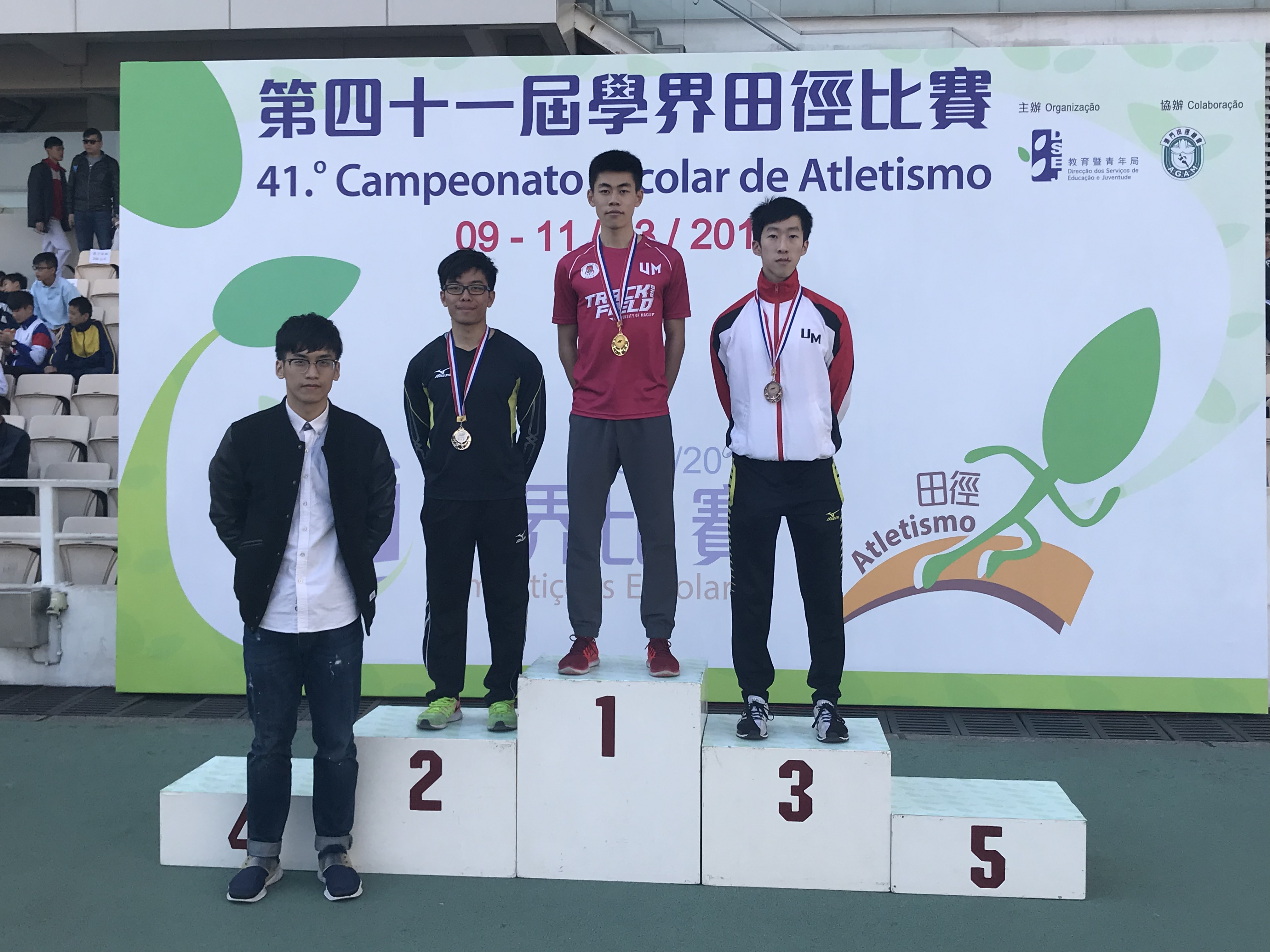 Lin Zesheng receives a gold medal in the men's 200-metre category