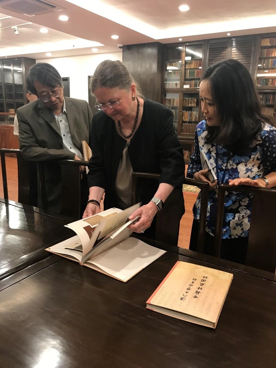 UB President Breakwell visits UM's library