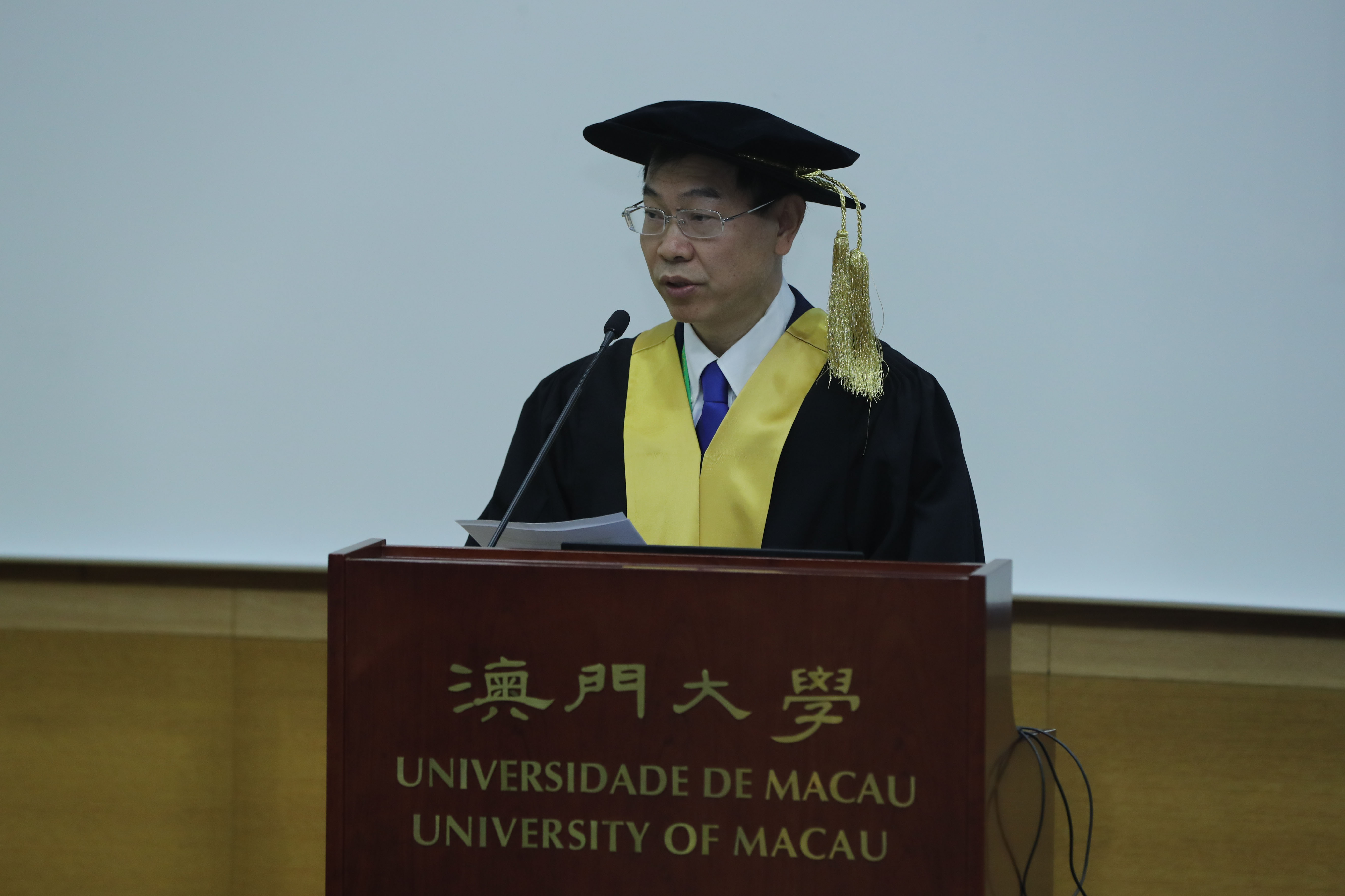 Chuxia Deng delivers the citation for Prof Yonath
