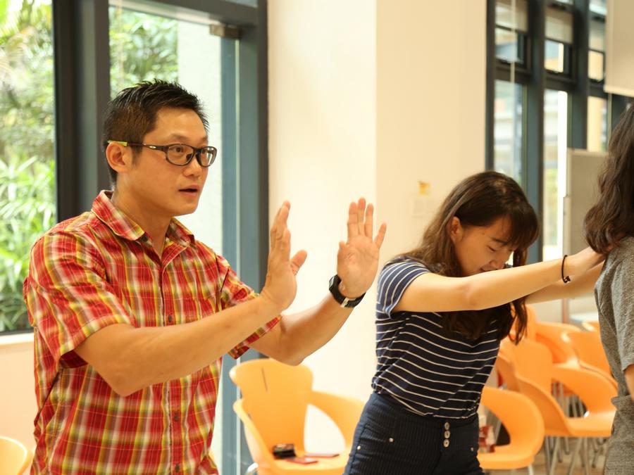 鄭智明(左)為書院學生進行體驗教育活動(歷奇培訓)
