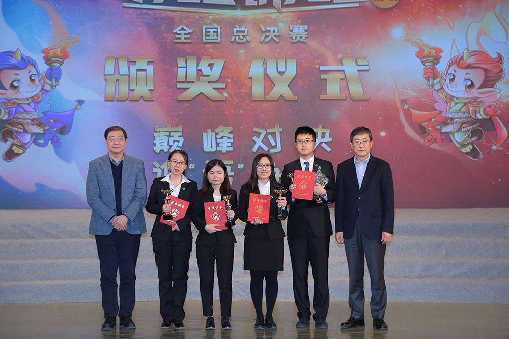 UM's Mandarin Debating Team with guests presenting the certificates