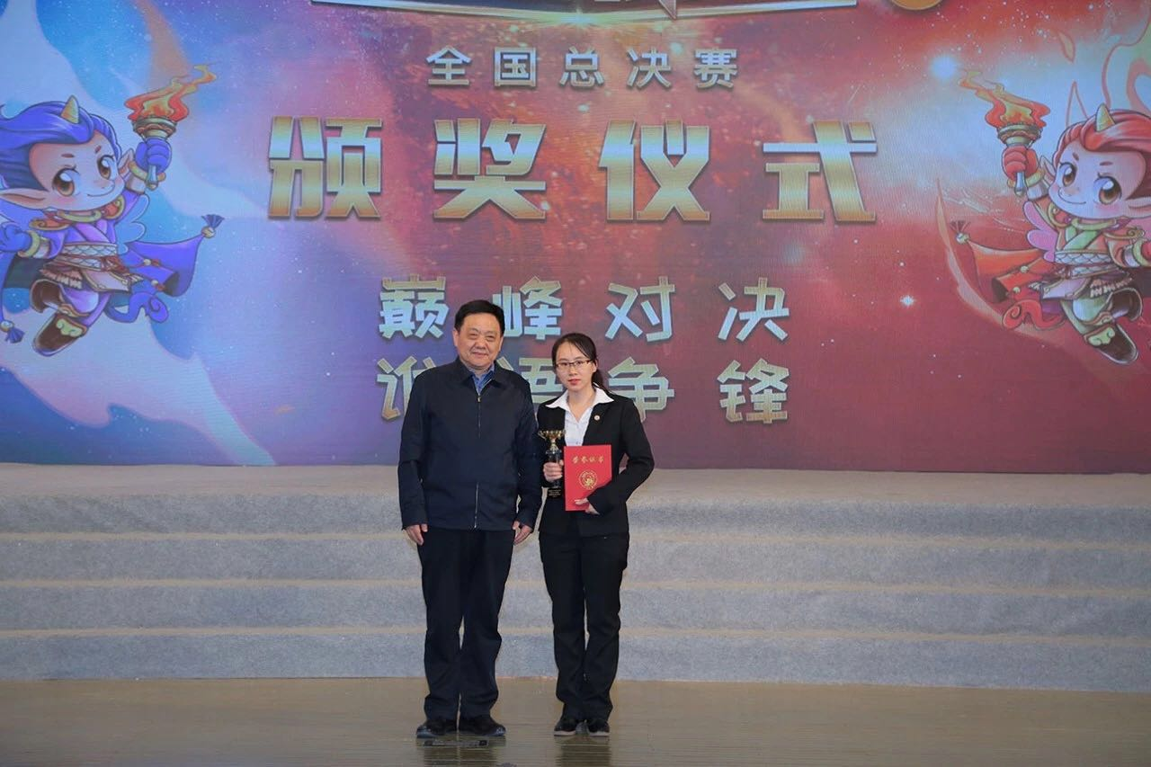 Liu Peixi receives the Best Overall Speaker Award