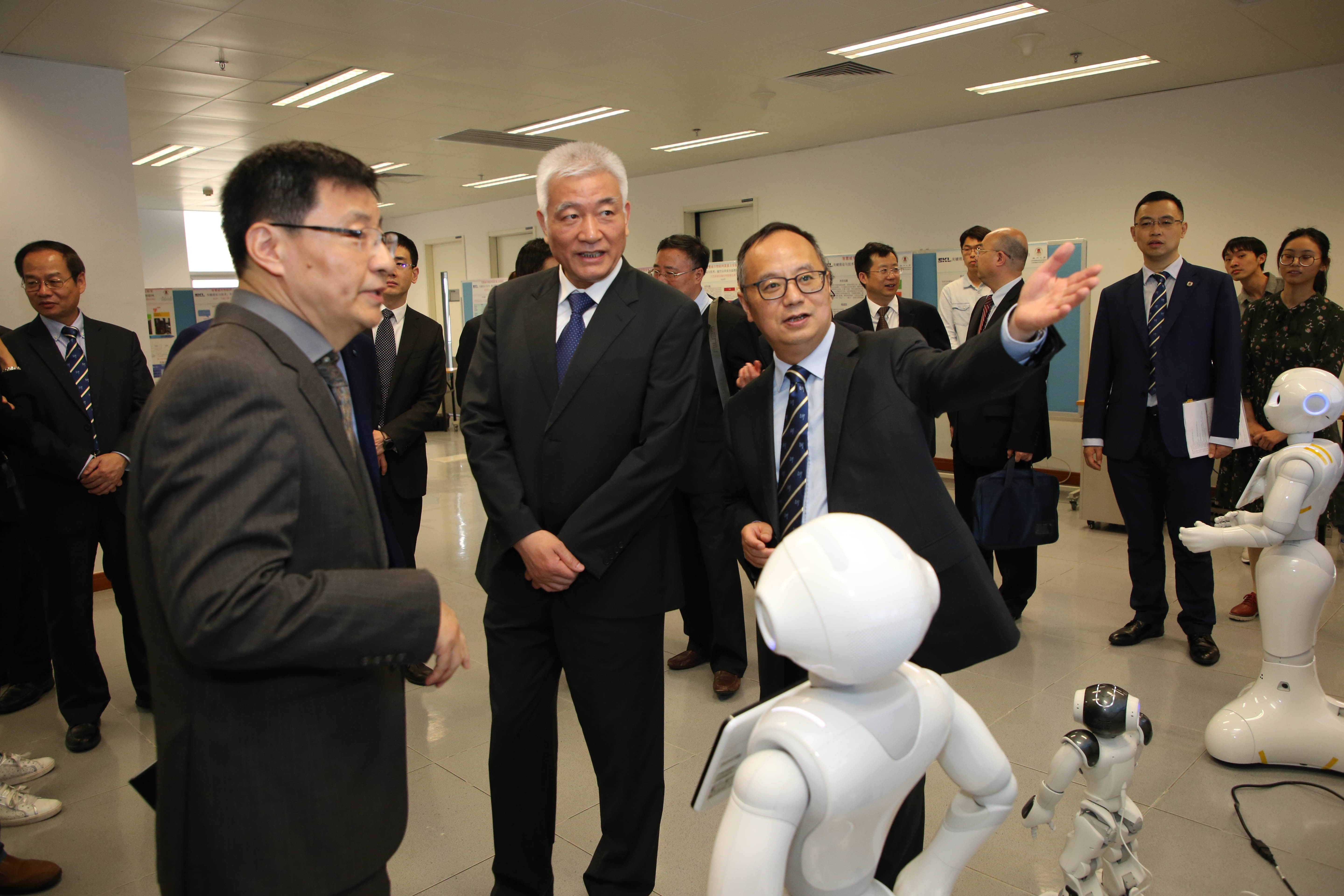 The delegation visits the State Key Laboratory of the IoT for Smart City