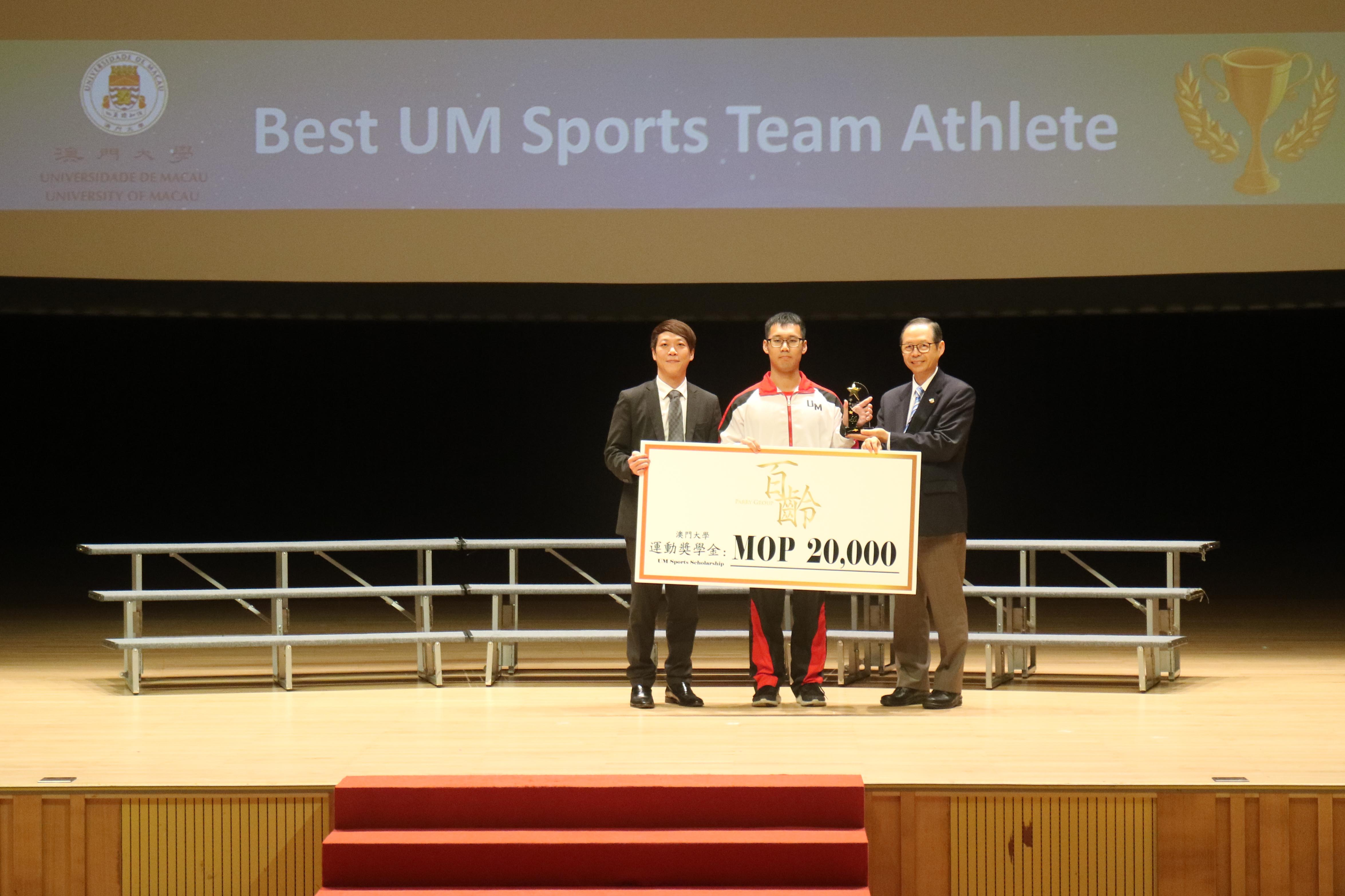 A student receives the Best UM Sports Team Athlete Scholarshi