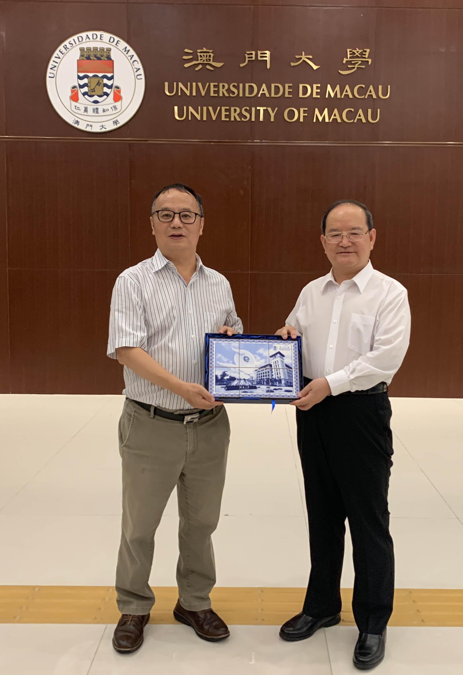 Rector Song presents a souvenir to Lu Xinshe