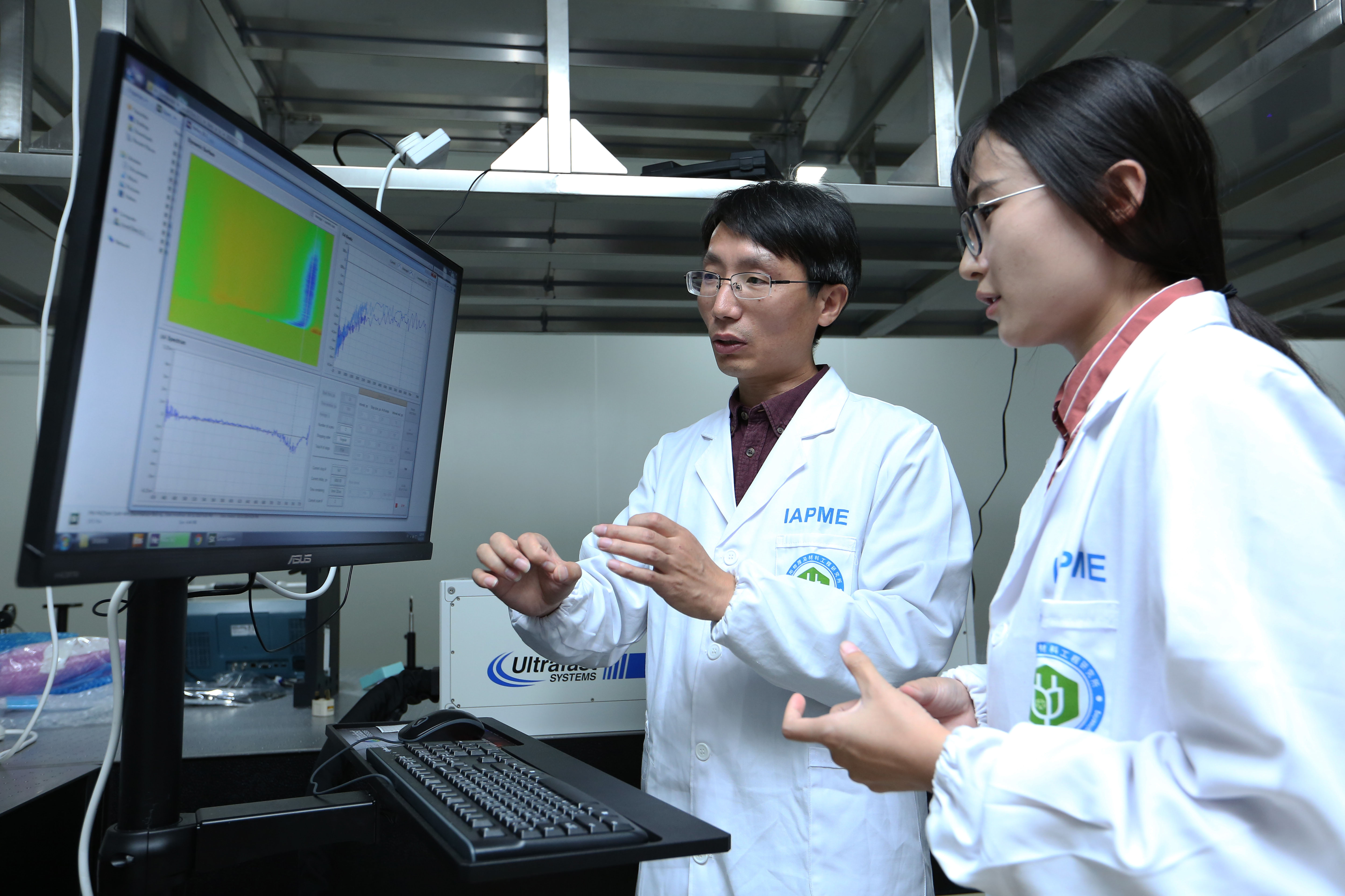 Xing Guichuan (left) is a pioneer in the development of perovskite solar cells