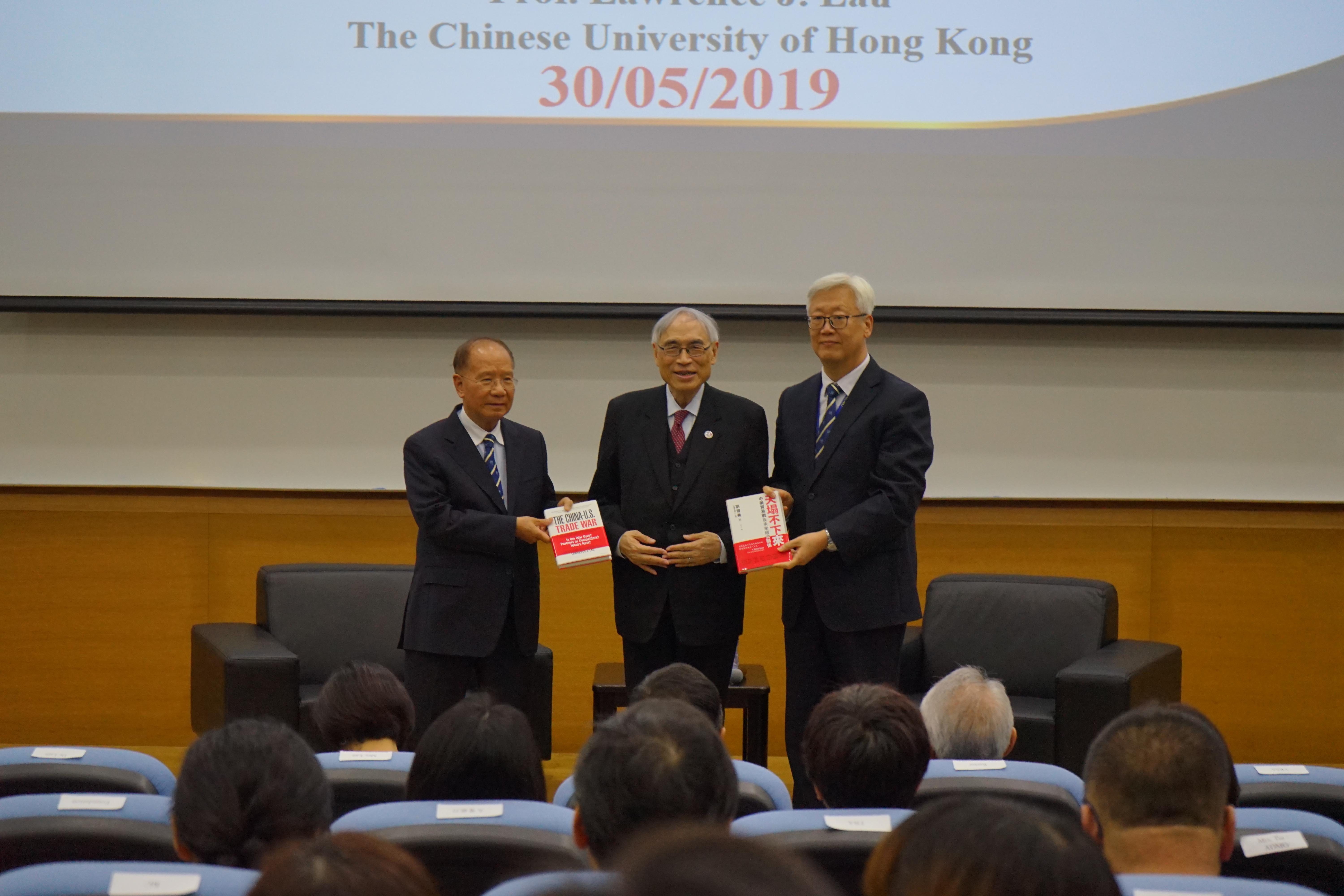 Lau presents his new book to the UM Library