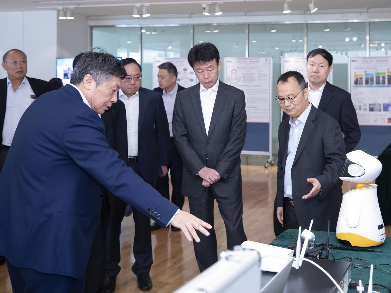 身兼智慧城市物聯網國家重點實驗室(澳門大學)主任的宋永華校長(右)和賈維嘉教授(左)向到訪的國家科學技術部副部長張建國介紹實驗室