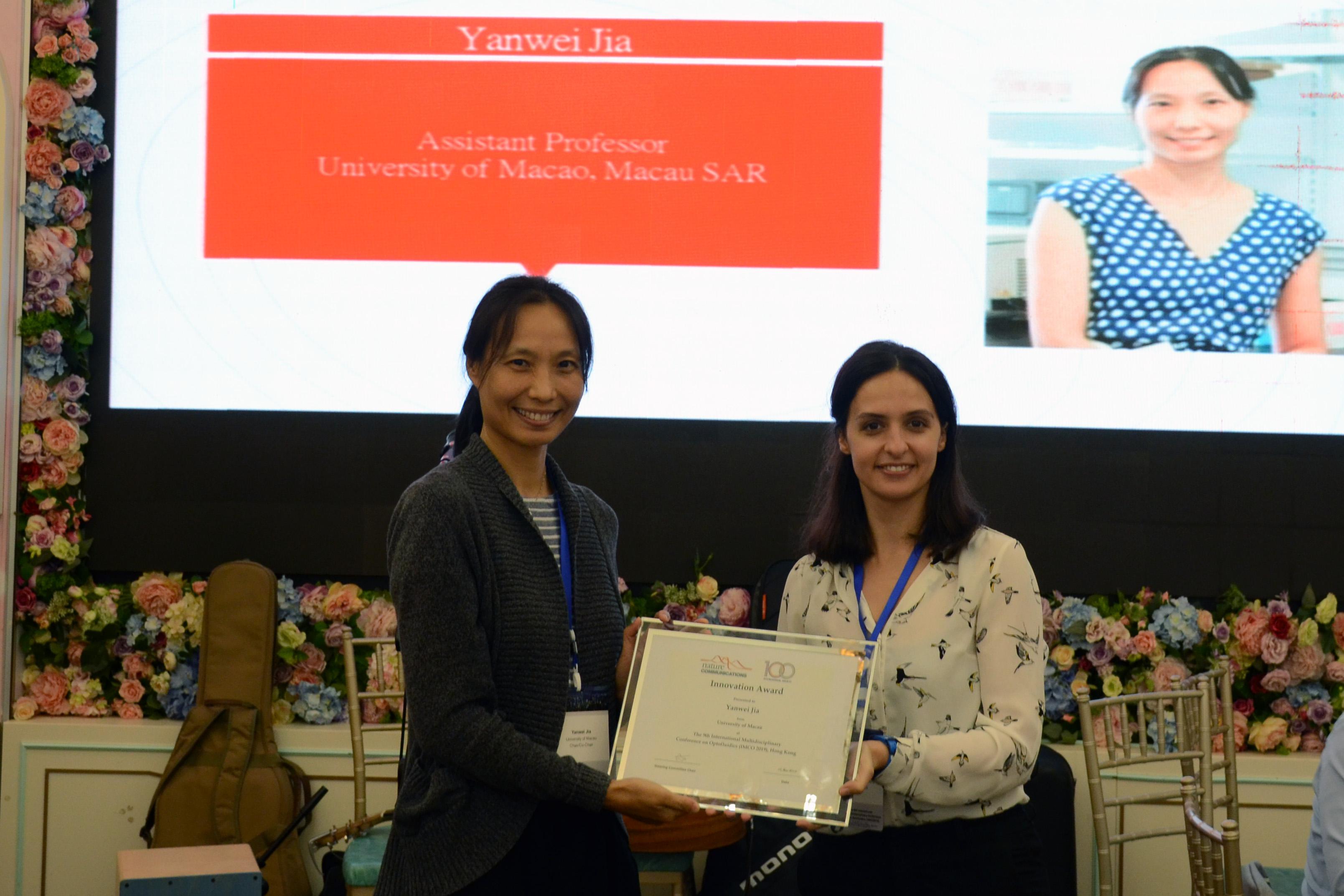 Dr Jia Yanwei receives an Innovation Award at the International Multidisciplinary Conference on Optofluidics