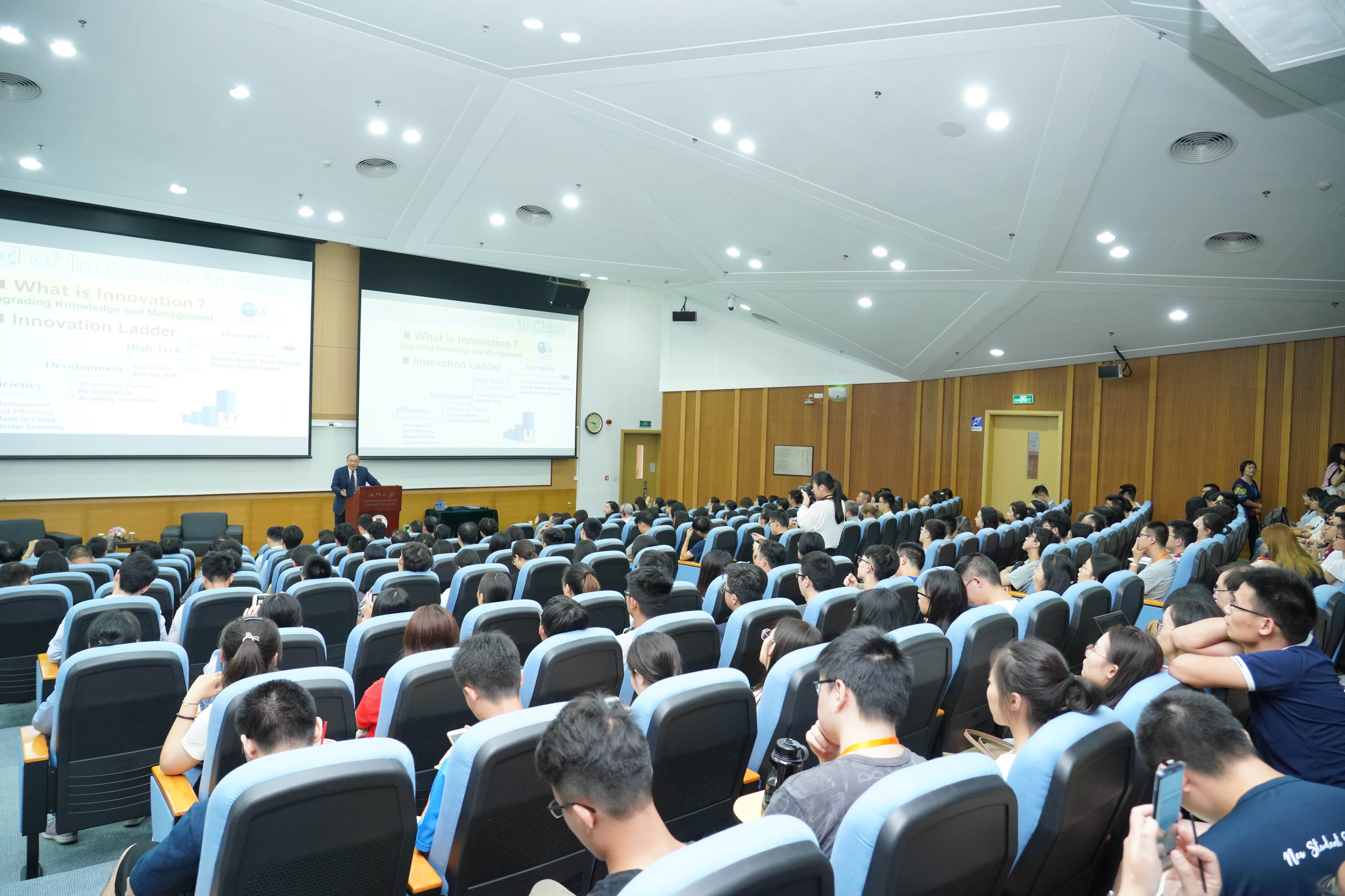 The talk attracts many UM faculty members, students, secondary school teachers and students, as well as members of the general public