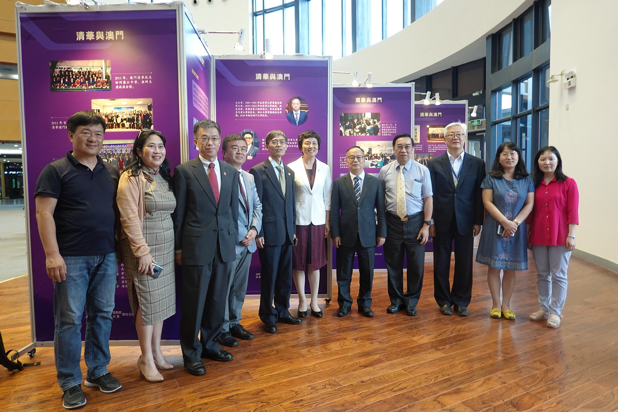 The delegation visits the 'Tsinghua and Macao' exhibition