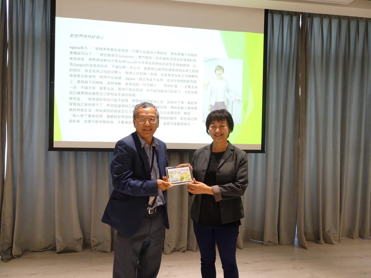 Centre for Innovation and Entrepreneurship Head Jerome Yen presents a souvenir to Kong (right)