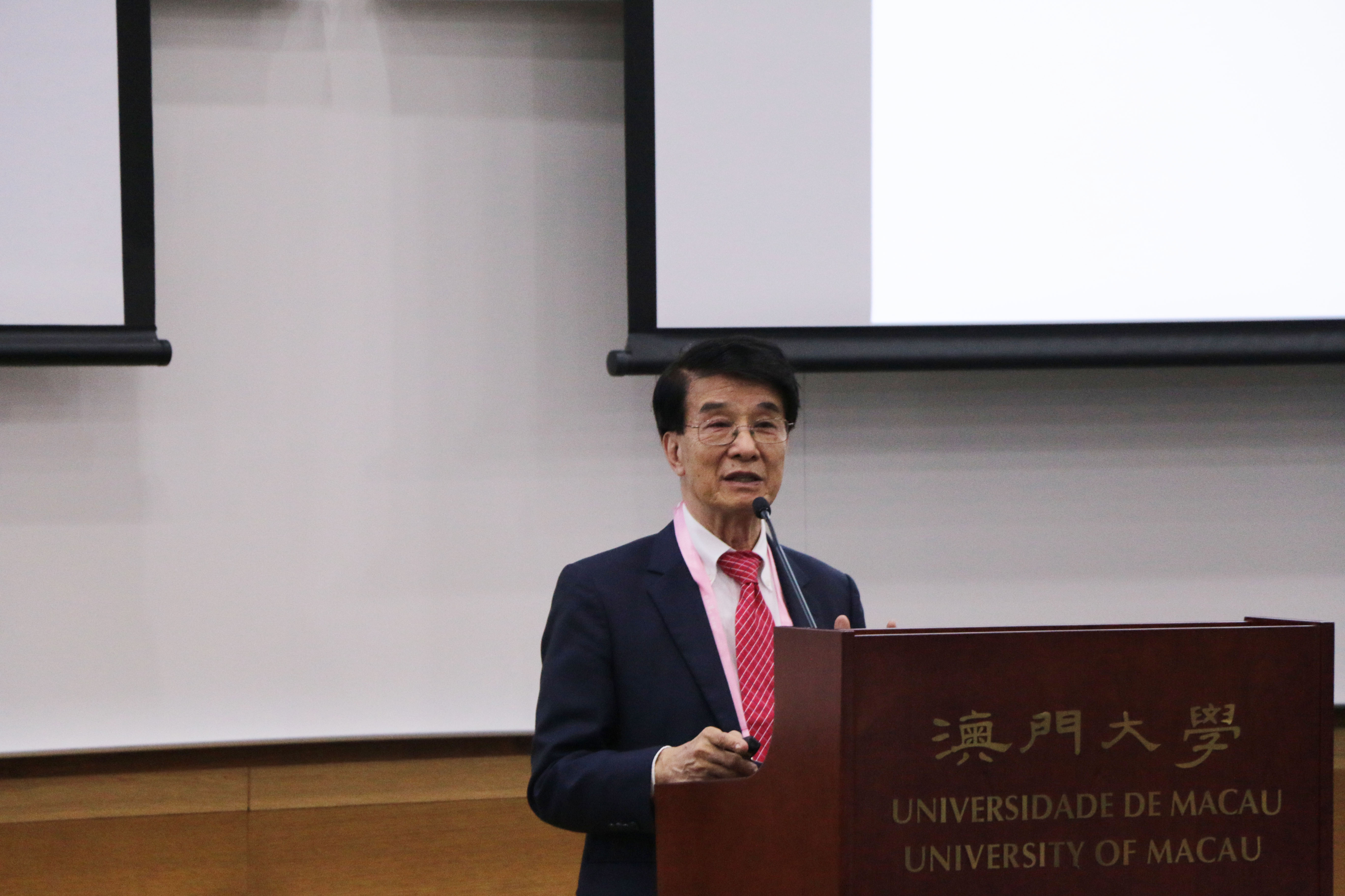 Paul Chu shares his research experiences with UM students
