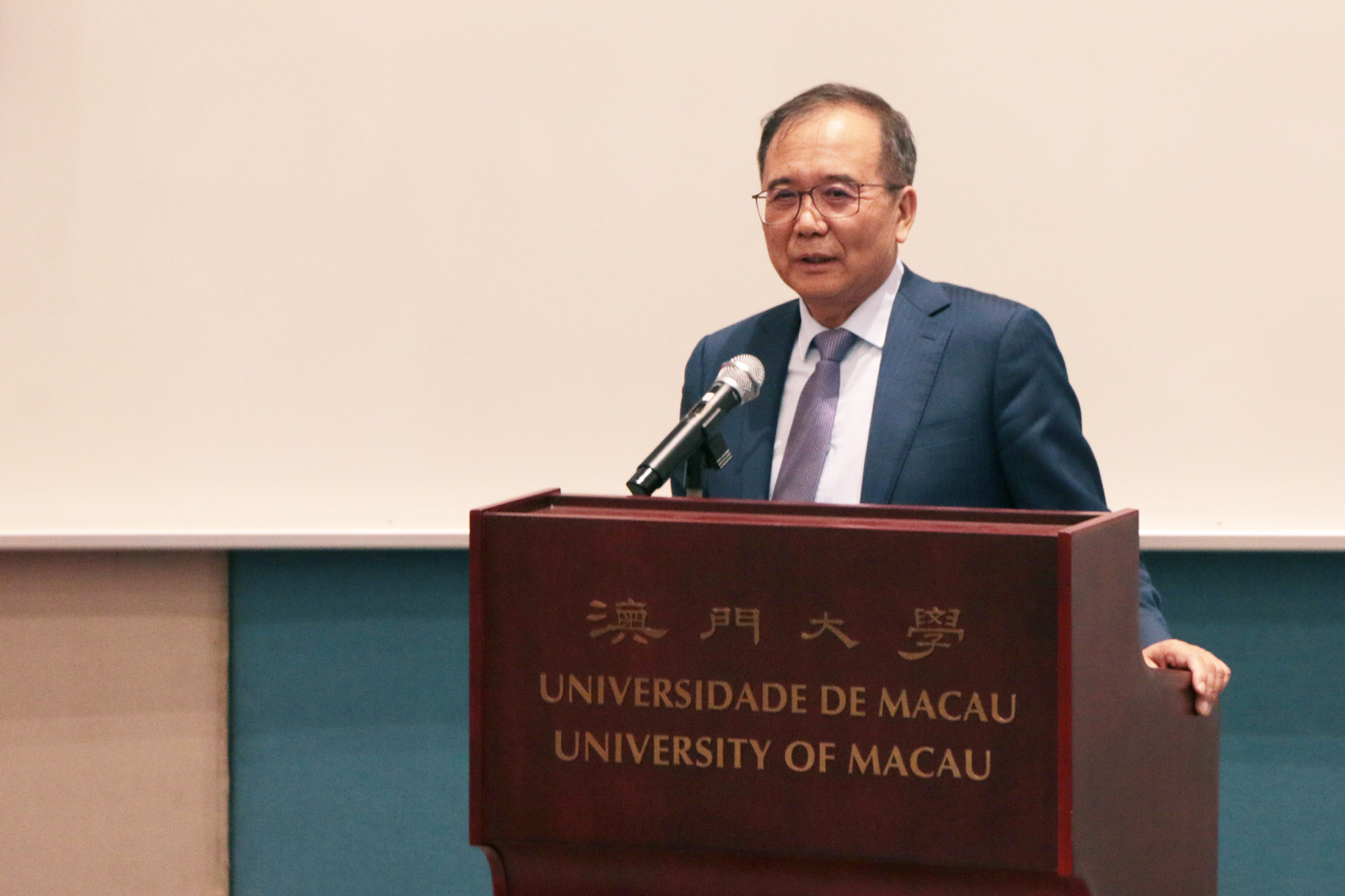 Lin Jianhua gives a talk at UM on education reform