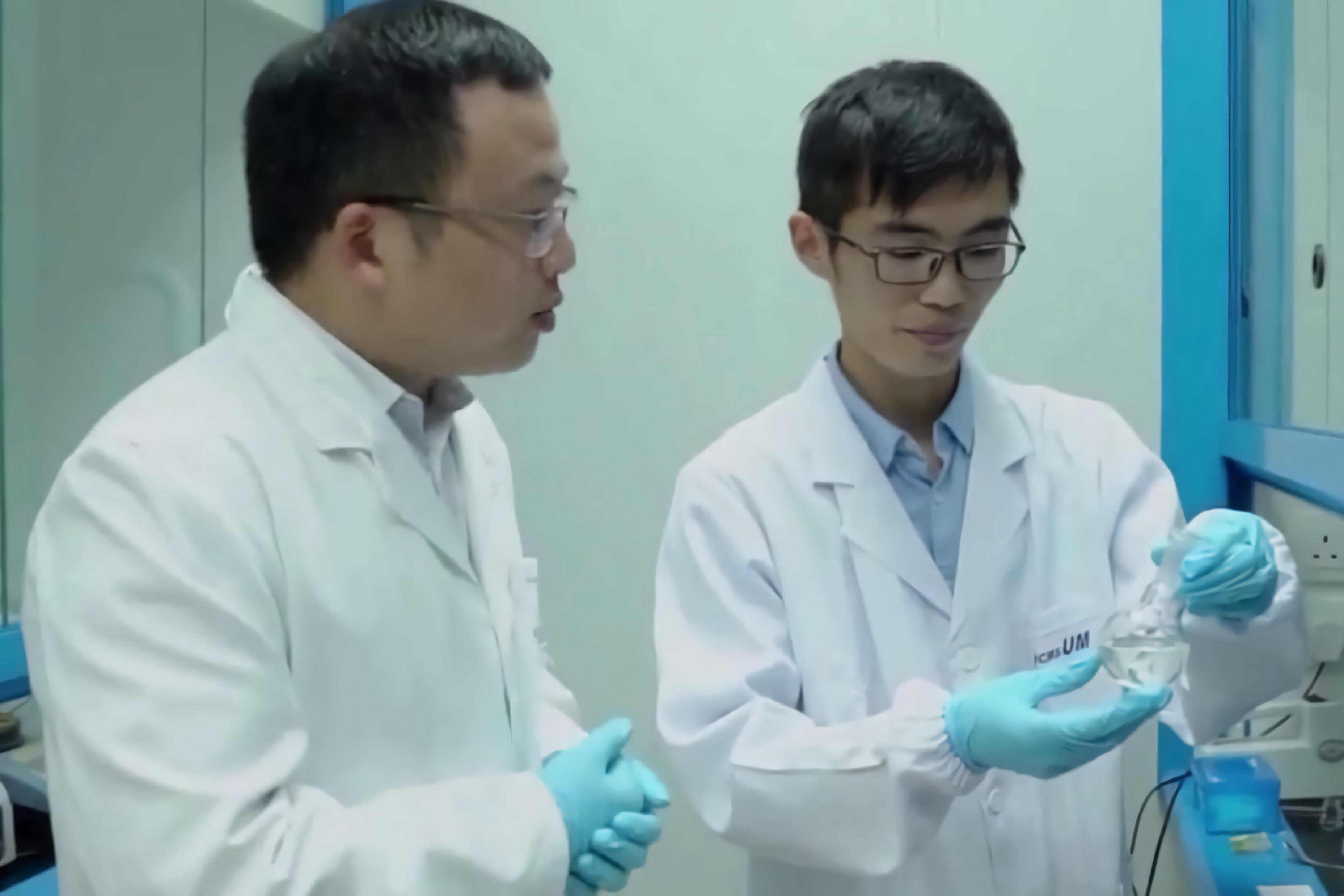 王春明(左)與邢盼飛討論研究