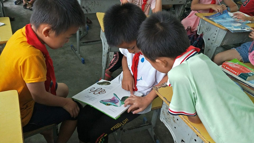 Children in Congjiang lost in reading