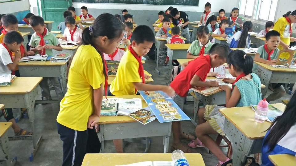 Children in Congjiang engrossed in reading