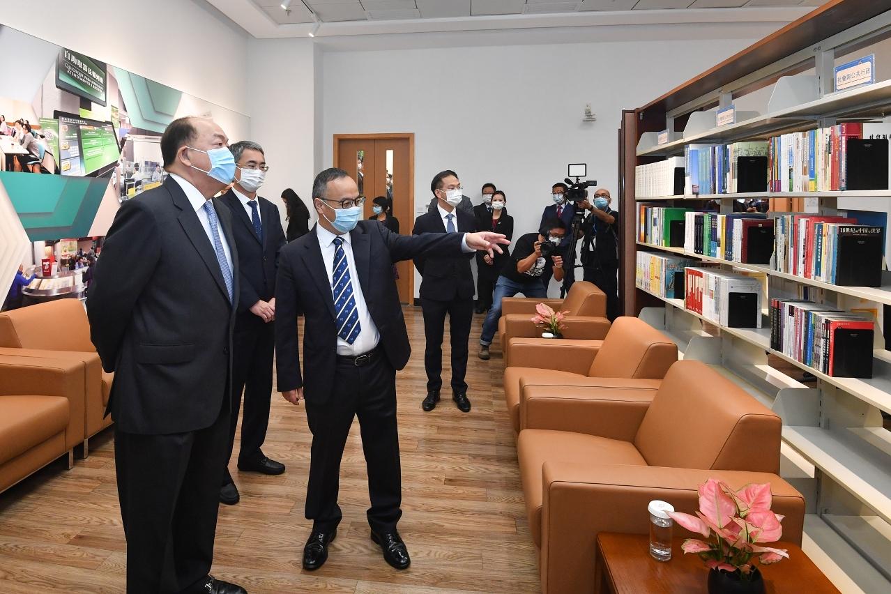 Chief Executive Ho Iat Seng visits the Public Administration Training Centre